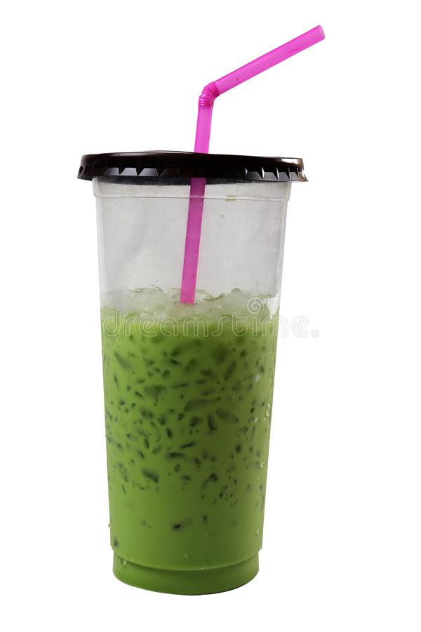 Kallt gr?nt te i ett plast- exponeringsglas med ett rosa r?r Isolerat p? svart bakgrund royaltyfria bilder