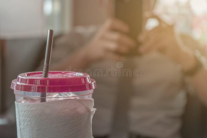 Kallt kaffe, ung affärsman Background av suddigt arkivbilder