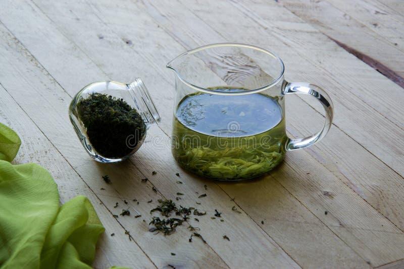 Kallt kinesiskt grönt te på brädena fotografering för bildbyråer