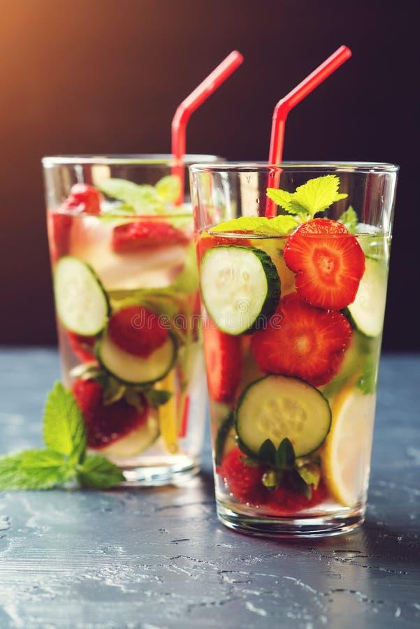 Kallt och förnyande ingett detoxvatten med jordgubben och cucu fotografering för bildbyråer