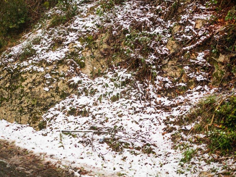 kallt och insnöat ett berg i laspezia royaltyfri bild