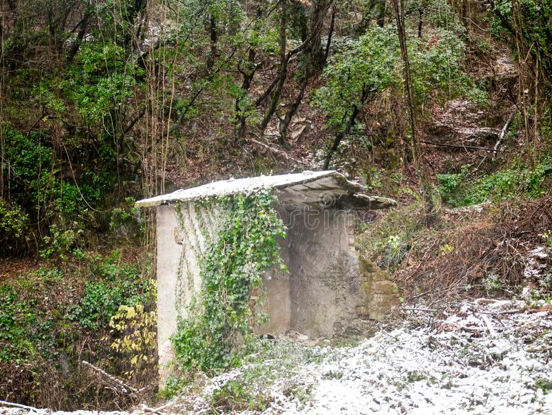 kallt och insnöat ett berg i laspezia royaltyfria foton