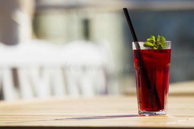 Kallt rött te med mintkaramellen och is arkivbild