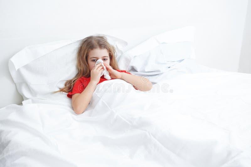 Kallt sjukt barn arkivbild