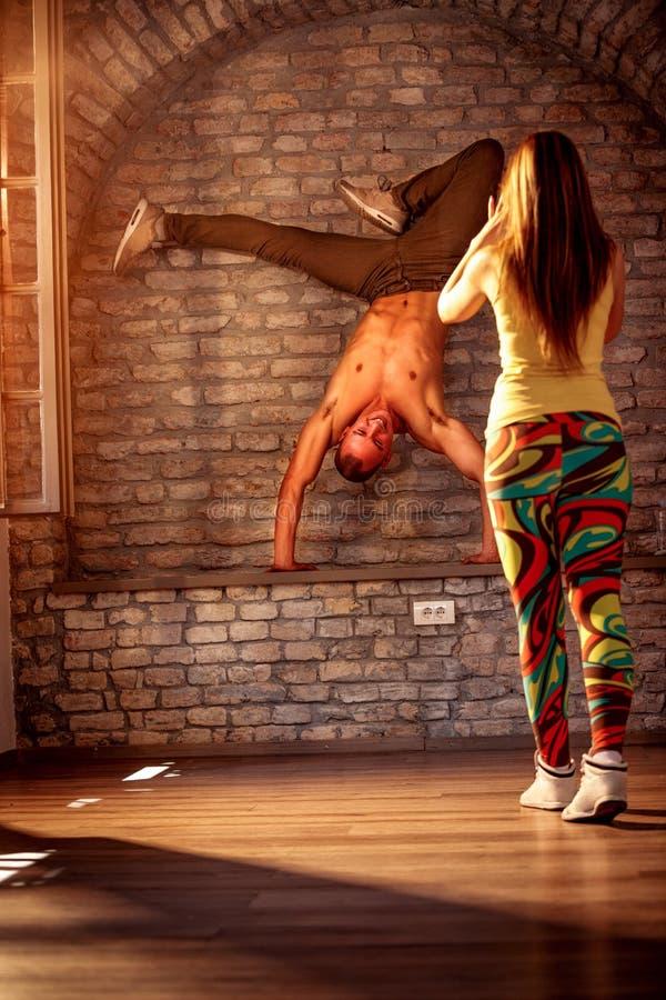 Kallt utföra för höft-flygtur dansare arkivfoton