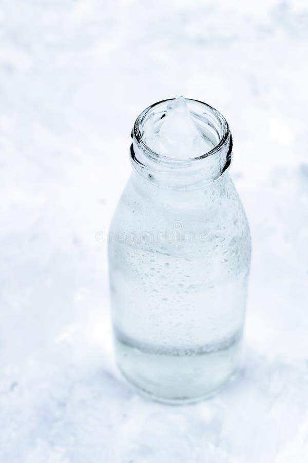 Kallt vatten med isflaskan royaltyfri fotografi
