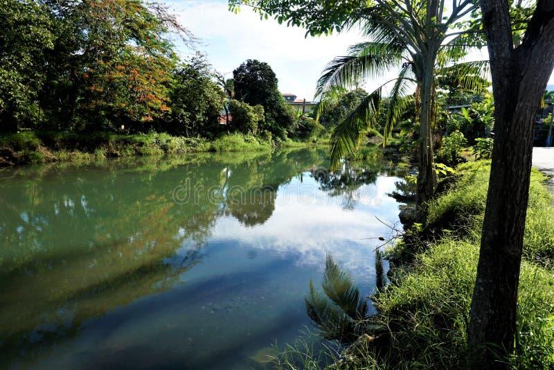 Kalm de rivierpanorama van Quebrada Bonita in de stad van Jaco stock afbeeldingen
