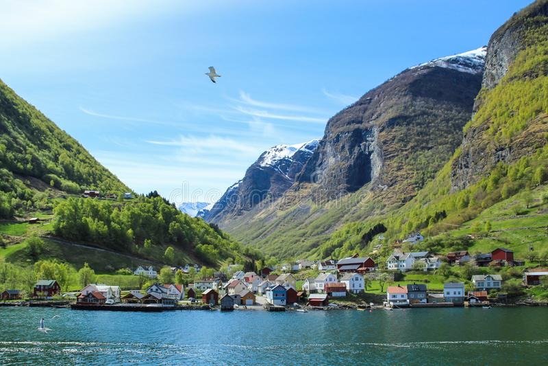 Kalm en vreedzaam dorp bij de kust van de Sogne-fjord, Noorwegen stock foto