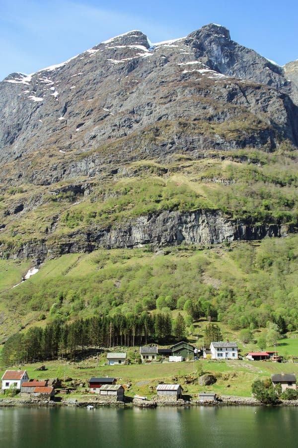 Kalm en vreedzaam dorp bij de kust van de Sogne-fjord, Noorwegen royalty-vrije stock afbeelding