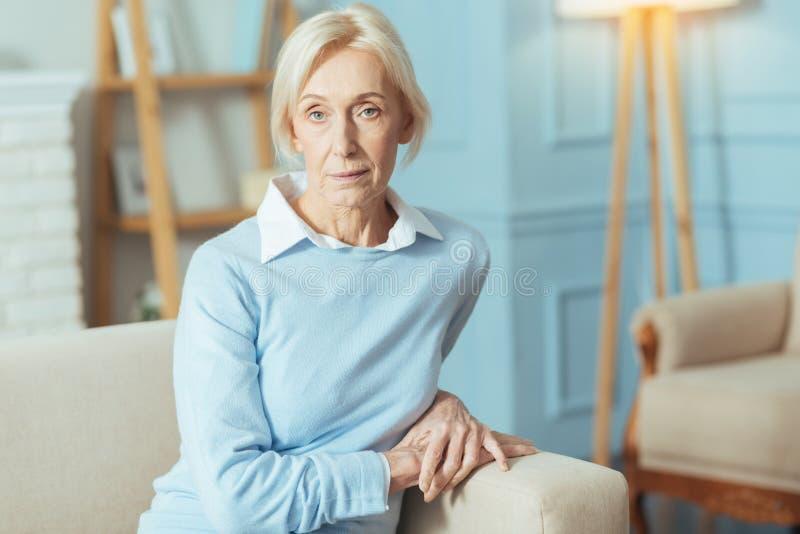 Kalm hoger vrouwenzitting en wachten voor haar arts stock foto's