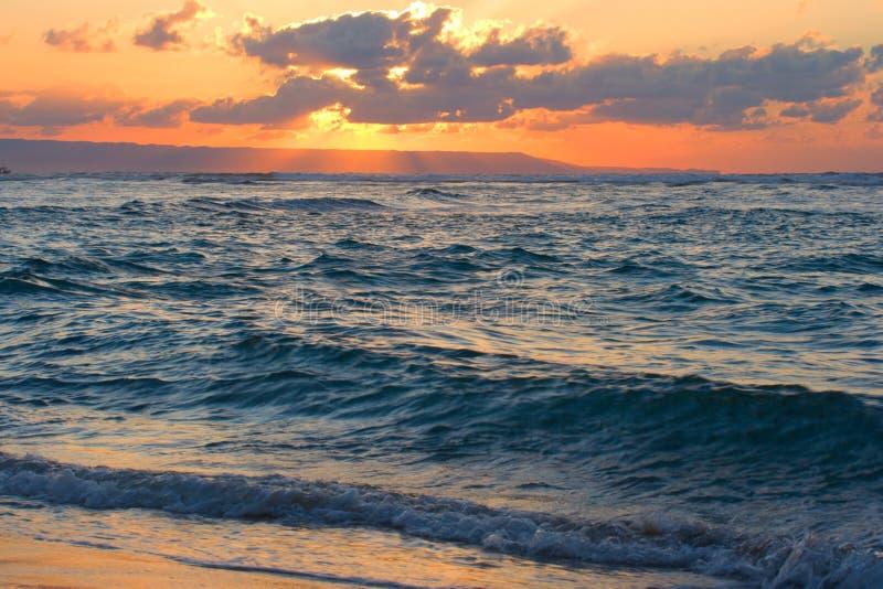 Kalm oceaan en strand op tropische zonsopgang stock afbeeldingen
