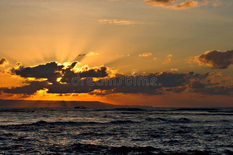 Kalm oceaan en strand op tropische zonsopgang royalty-vrije stock foto's