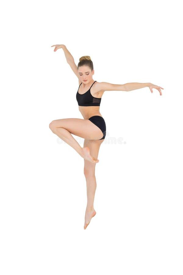 Kalm slank model die in de lucht springen stock foto's