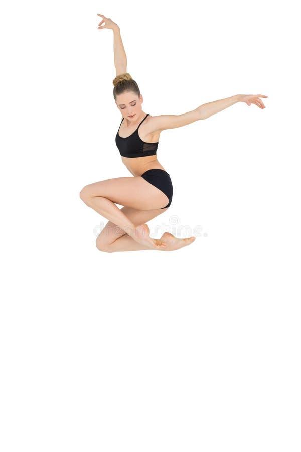Kalm slank model die hoog in de lucht springen stock afbeeldingen