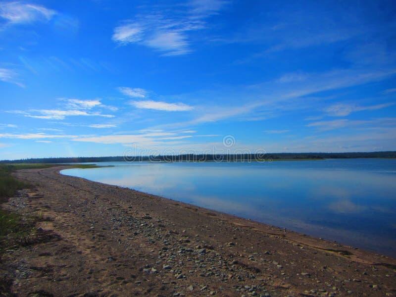 Kalm water bij een strand stock foto