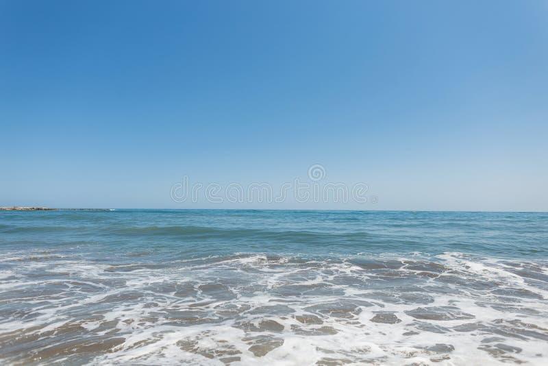 Kalm zee met golven op zonnige dag Oceaanhorizon Schitterende kapper royalty-vrije stock afbeelding