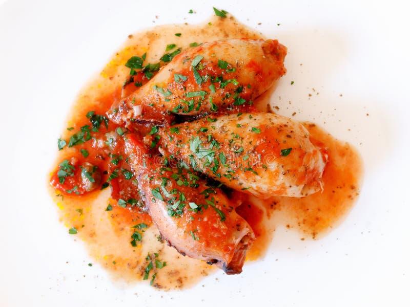 Kalmar angefüllt, mit Tomatensauce lizenzfreie stockbilder
