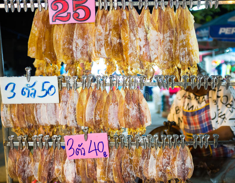 Kalmar zerquetschter Grill auf Holzkohle Bangkok Thailand stockfotografie