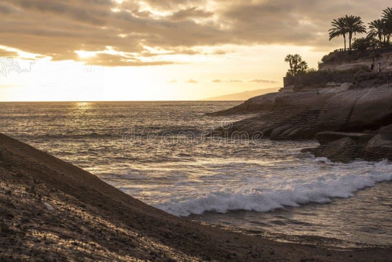 Kalme Atlantische Oceaan bij de kleine baai van Tenerife bij schemer royalty-vrije stock afbeeldingen