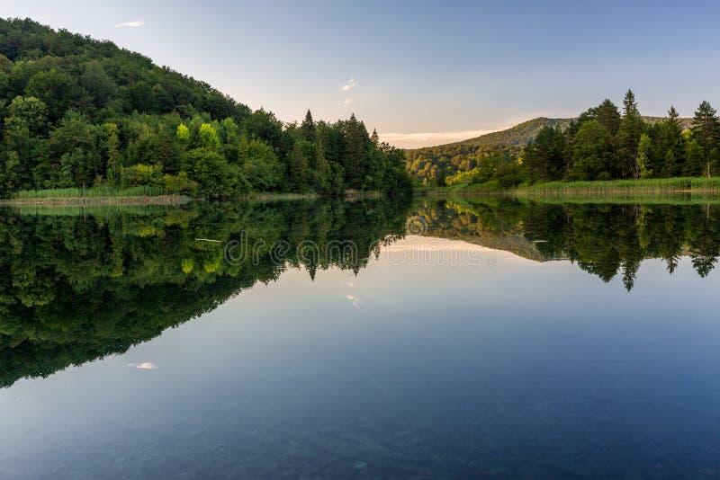 Kalme avond op het mooie meer in Plitvice-Meren Nationaal Park stock foto's