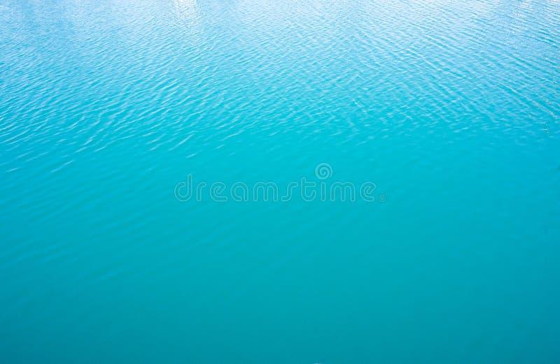 Kalme blauwe zeewateroppervlakte Natuurlijke achtergrond stock foto