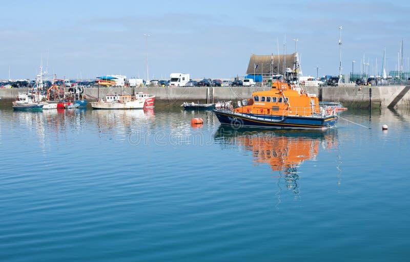 Kalme de scènemening van de howthhaven met reddingsboot royalty-vrije stock afbeeldingen
