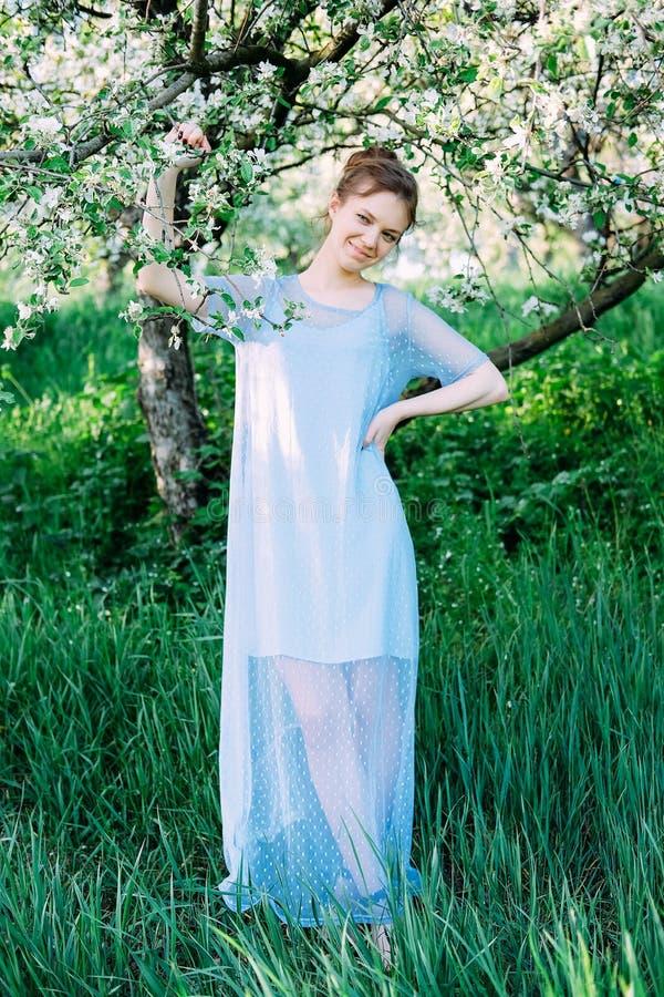 Kalme en vrij jonge vrouw in de tuin stock fotografie