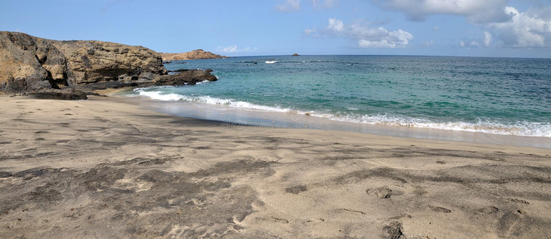 Kalme golven op een strand stock foto