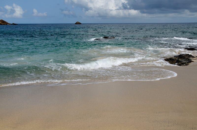 Kalme golven op leeg strand royalty-vrije stock afbeelding