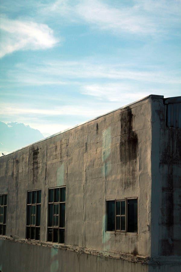 Kalme hemel over het oude gebouw stock foto's