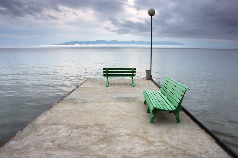 Kalme mening over het meer vóór onweer stock fotografie