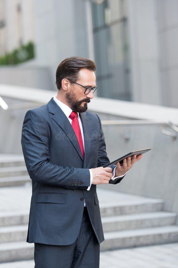 Kalme mens die het scherm van moderne tablet en het denken bekijken royalty-vrije stock foto's