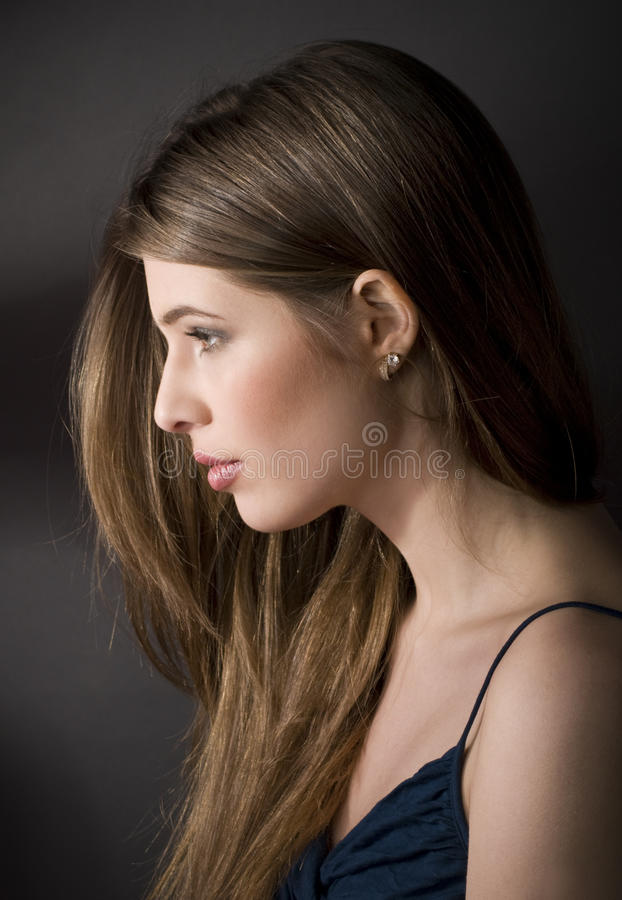 Kalme mooie jonge vrouw stock fotografie
