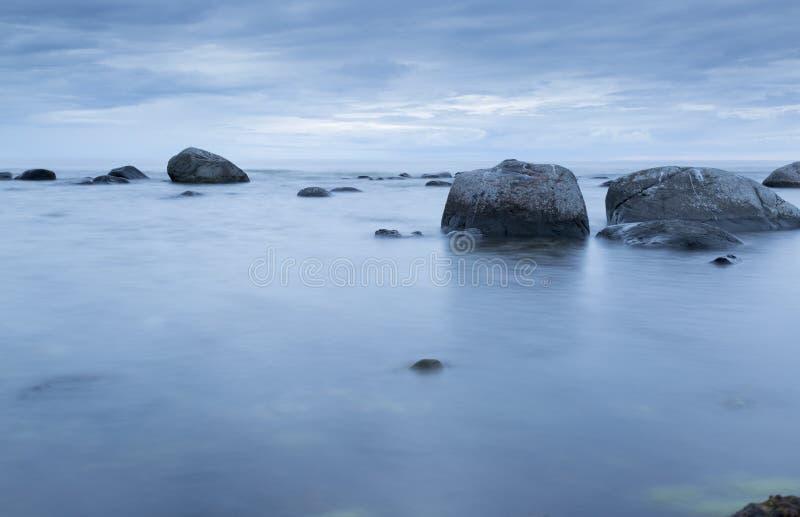 Kalme Oceaan met Rotsen stock fotografie