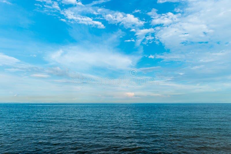 Kalme oceaan met wolkenhemel royalty-vrije stock foto's