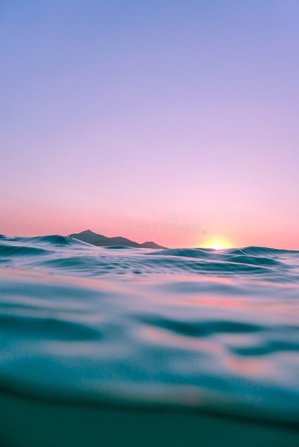 Kalme oceaanwateren bij schemering royalty-vrije stock afbeelding