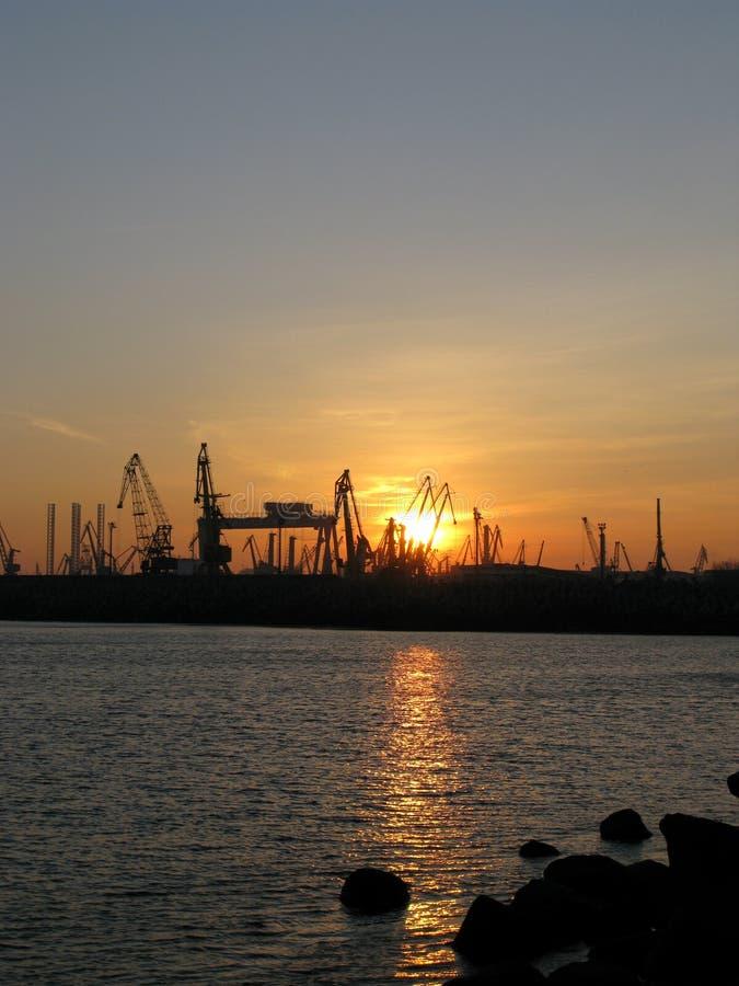 Kalme overzees dichtbij scheepswerf Constanta stock fotografie