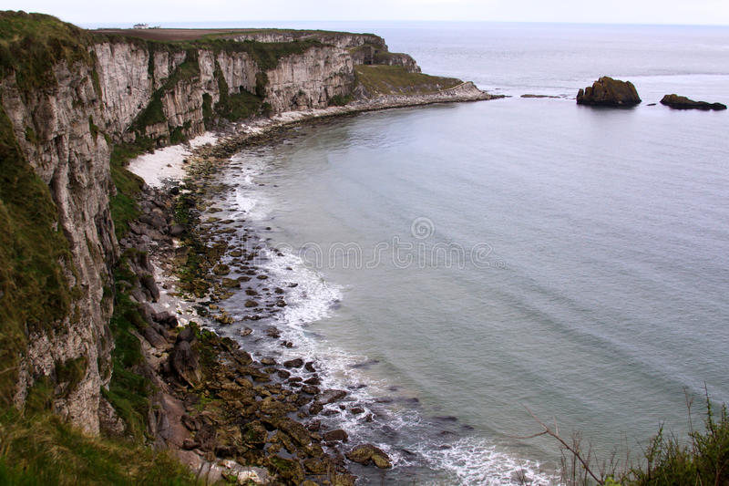Kalme overzees op de kustlijn in Ierland royalty-vrije stock foto's