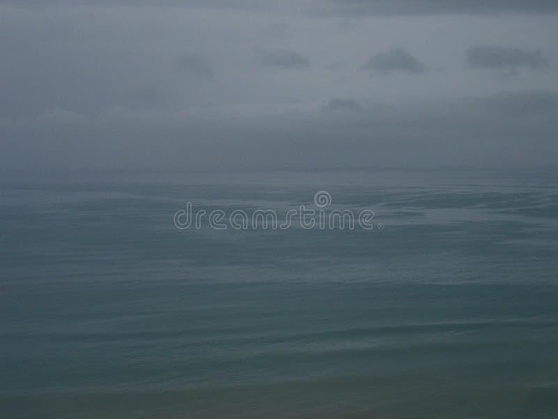 Kalme overzees in slecht weer royalty-vrije stock fotografie