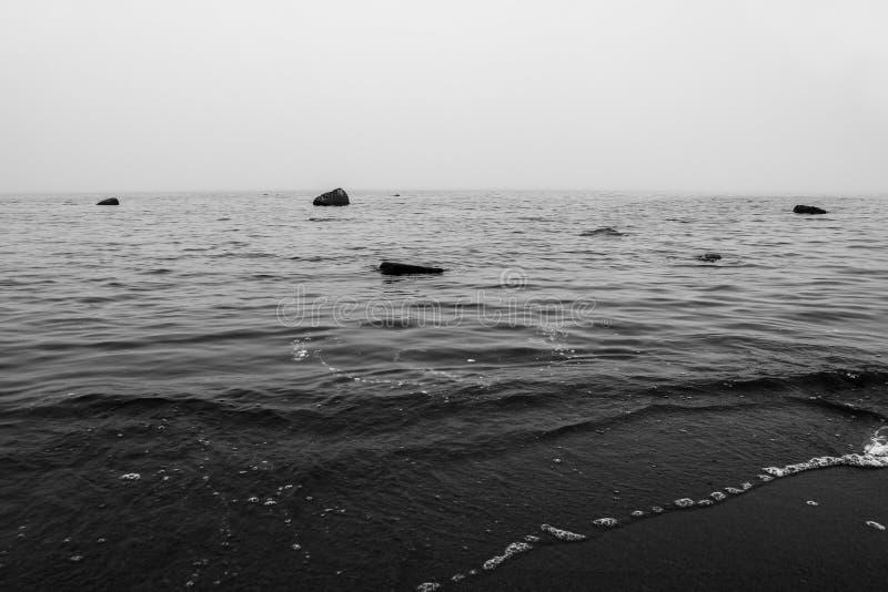 Kalme overzees in zwart-wit stock foto