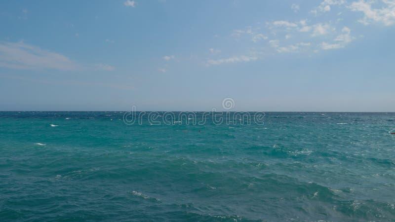 Kalme Overzeese Oceaan en Blauwe Hemelachtergrond stock afbeeldingen