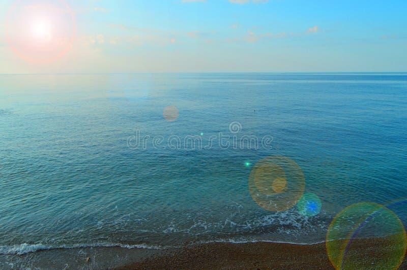 Kalme overzeese oceaan en blauwe hemelachtergrond, zonsopgang over het overzees, mooie achtergrond royalty-vrije stock afbeelding