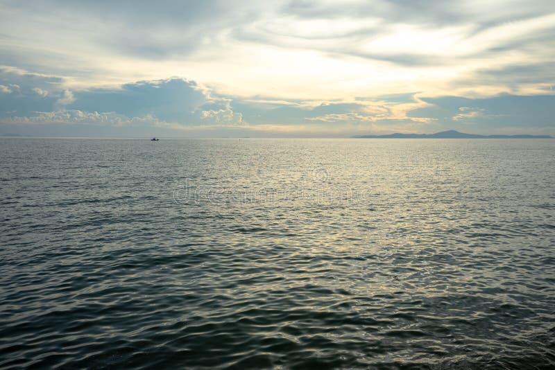 Kalme Overzeese Oceaan en lichtblauwe hemelachtergrond royalty-vrije stock foto's