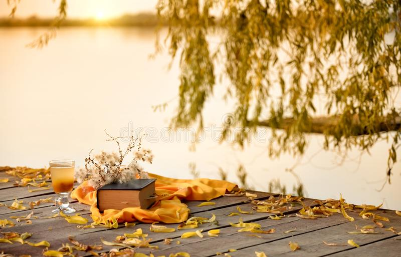 Kalme rust door de rivier bij zonsondergang stock fotografie