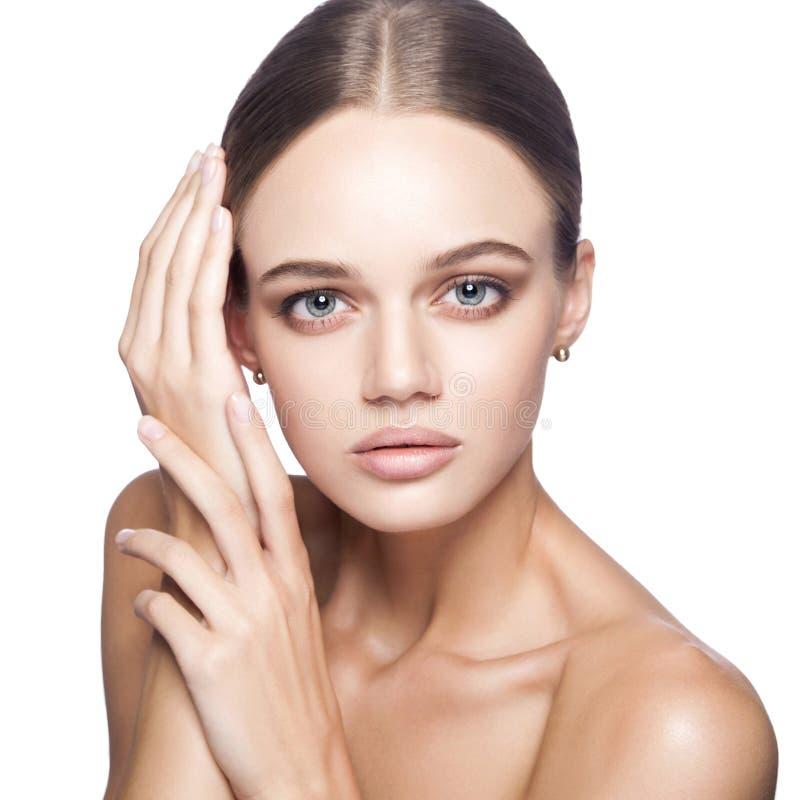 Kalme schoonheid Portret van mooie jonge blondevrouw met naakte make-up, blauwe ogen, kapsel en schoon gezicht royalty-vrije stock afbeeldingen