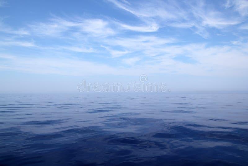 Kalme van de overzeese blauwe de horizonscenics water oceaanhemel royalty-vrije stock afbeelding