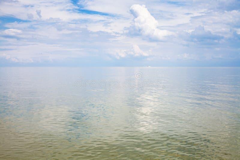 Kalme waterspiegeloverzees van Azov royalty-vrije stock afbeelding