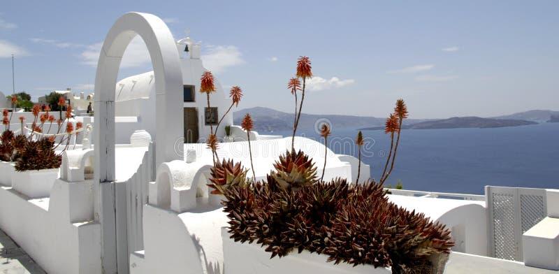 Kalmering van de overzeese van de de kerkkleur van Griekenland Santorini de Zomervakantie het blauwe overzees stock afbeelding