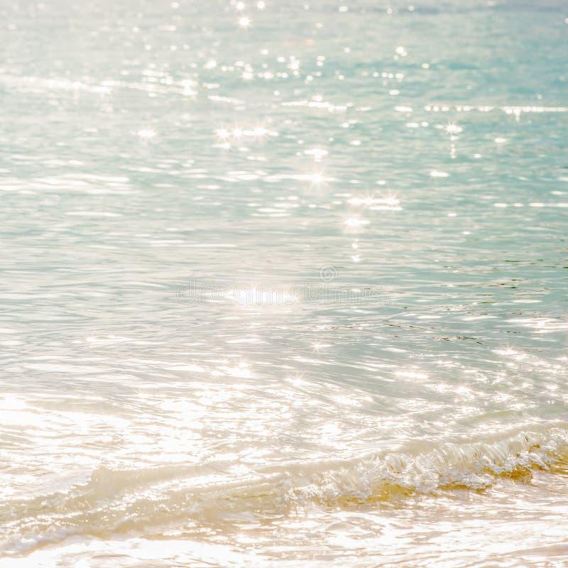 Kalmtetijd, mooie oppervlakte van zeewater in de ochtend, heldere schitterende ster bokeh, zachte golven en bel Tropische Overzee stock afbeeldingen