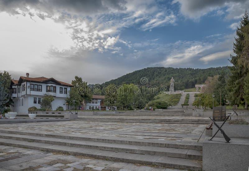 Kalofer, Болгария - 25-ое августа 2018: Мемориальный сложный, огромный памятник статуи гранита Hristo Botev, поэта и революционно стоковое фото